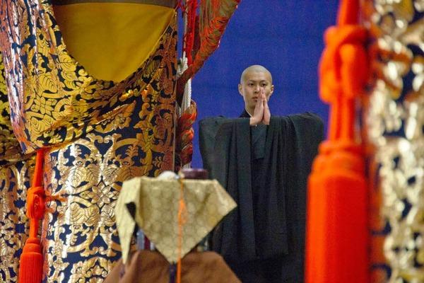 Ein buddhistischer Mönch betet für die Opfer der Erdbeben- und Tsunamikatastrophe in Fukushima.