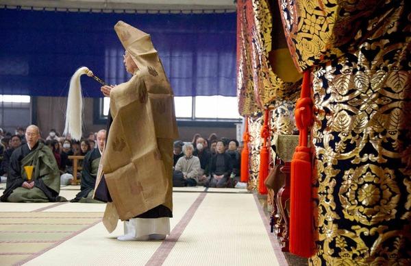 Abbot Egawa Shinzan betet im buddhistischen Sojiji-Tempel in Yokohama.