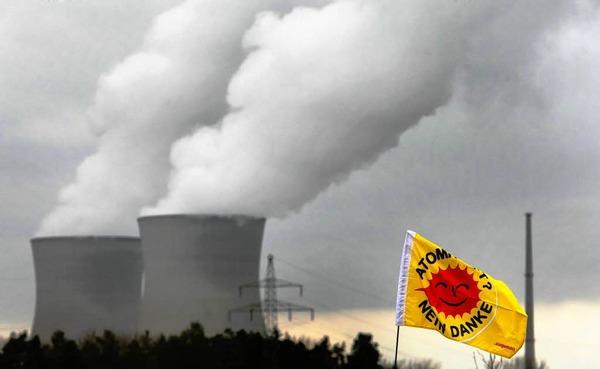 Atomkraftgegner demonstrieren  beim Atomkraftwerk  Gundremmingen f�r die sofortige Abschaltung aller Atomkraftwerke in Deutschland.