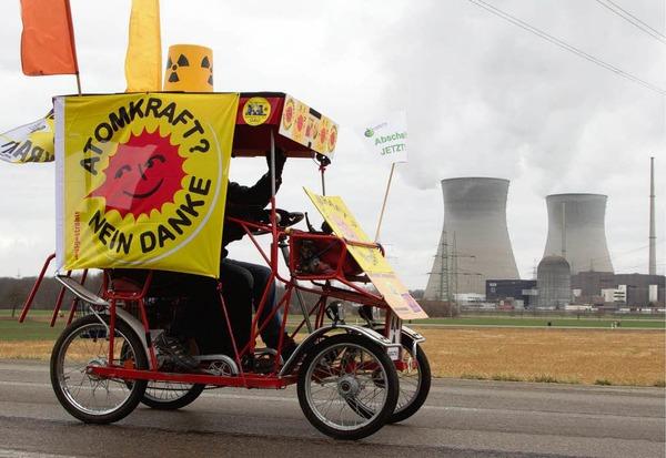 Atomkraftgegner demonstrieren  beim Atomkraftwerk  Gundremmingen für die sofortige Abschaltung aller Atomkraftwerke in Deutschland.