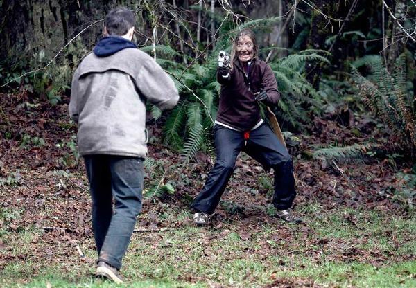 Jocely Moore Auge in Auge mit dem Zombie. Ob die Kanone hilft?