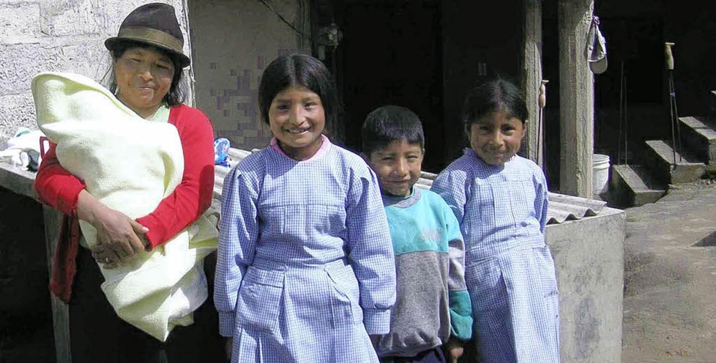 Brayan (2. von rechts) mit seiner Fami...nhütte. Sein Vater fehlt auf dem Bild.  | Foto: privat