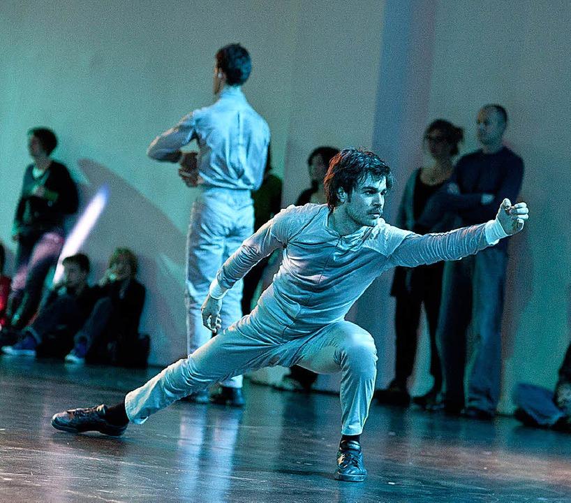 Koreografenkollektiv: Wir hätten so ge...ralis, im Hintergrund: Michael Shapira  | Foto: Britt Schilling