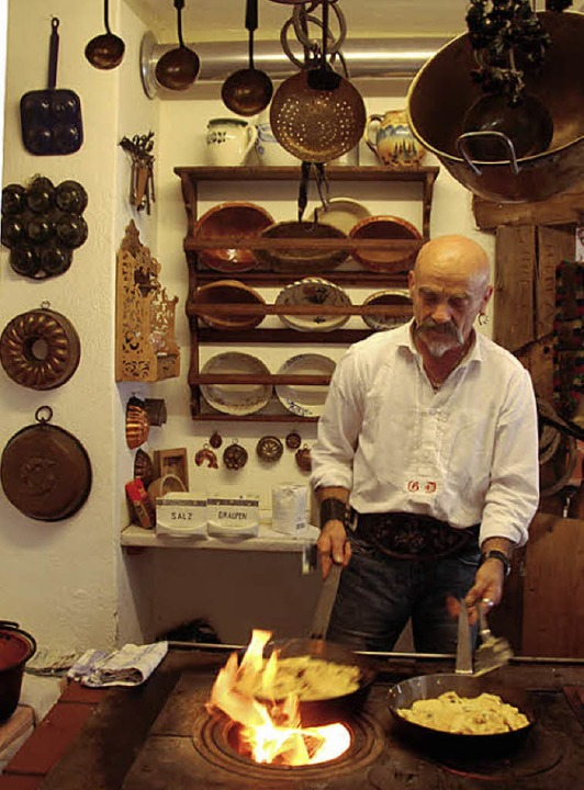 Auf heißer Flamme: Geierwally-Chef Gui...ri bereitet Tiroler G'stöpf zu.   | Foto: Lerchenmüller
