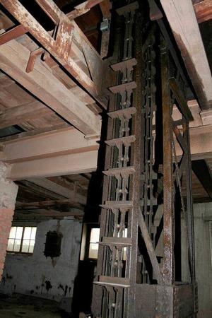10. November 2011: Der Aufzug mit dem die Ziegel in die oberen Trockenkammern befördert wurden.
