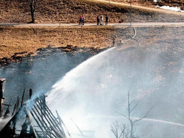 Gro�brand auf dem Schauinsland: Die Feuerwehren konnten den alten Bauernhof in Hofsgrund nicht retten.