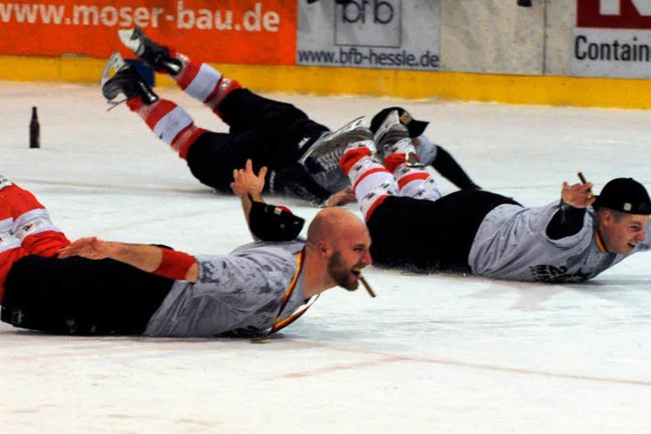 Unbesiegt in die Oberliga: Der EHC Freiburg feiert seinen Meistertitel. (Foto: Patrick Seeger)