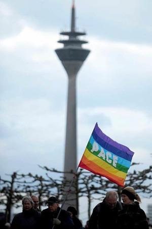 In mehreren dutzend Städten, wie hier in Düsseldorf, haben  tausende Friedensbewegte am Samstag auf ihren traditionellen  Ostermärschen gegen Krieg, Gewalt und atomare Bedrohung  demonstriert.