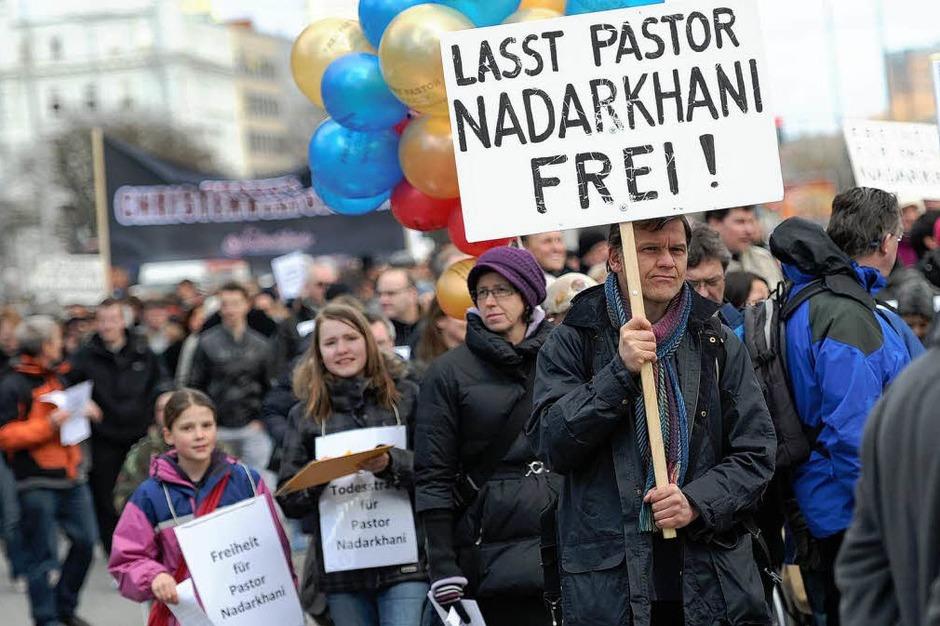 Rund 500 Menschen protestieren am Samstag in Hamburg in der Innenstadt bei einem als Ostermarsch titulierten Demonstrationszug für die Freiheit des im Iran zum Tode verurteilten Pastors Youcef Nadarkhani. (Foto: dpa)