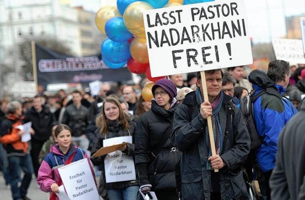 Rund 500 Menschen protestieren am Samstag in Hamburg in der Innenstadt bei einem als Ostermarsch titulierten Demonstrationszug für die Freiheit des im Iran zum Tode verurteilten Pastors Youcef Nadarkhani.