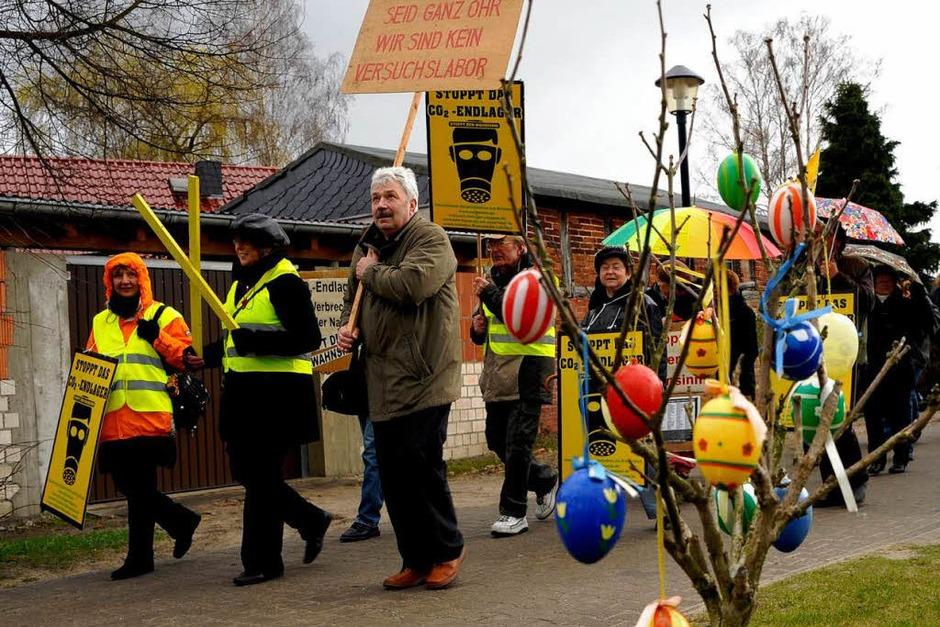 Gegner der sogenannten CCS-Technologie haben am Samstag im brandenburgischen Neutrebbin im Oderbruch gegen die unterirdische Speicherung von CO2 protestiert. (Foto: dapd)