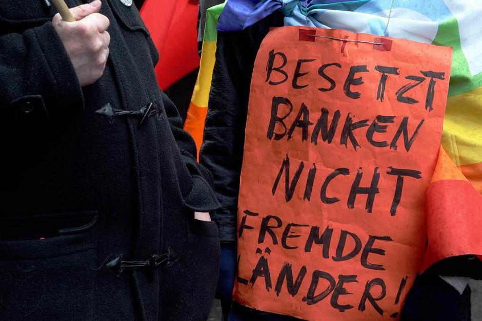 """Unter dem Motto """"Krieg darf kein Mittel der Politik sein"""" zogen mehrere Hundert Demonstranten vom Potsdamer Platz zum Brandenburger Tor. Sie forderten von Regierungen und Unternehmen einen Stopp von Waffenexporten. (Foto: dapd)"""