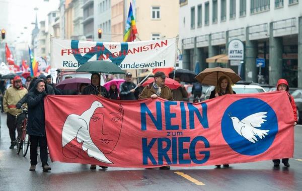 Nach Angaben der Polizei haben rund 200 Menschen in München gegen Krieg und Gewalt protestiert.