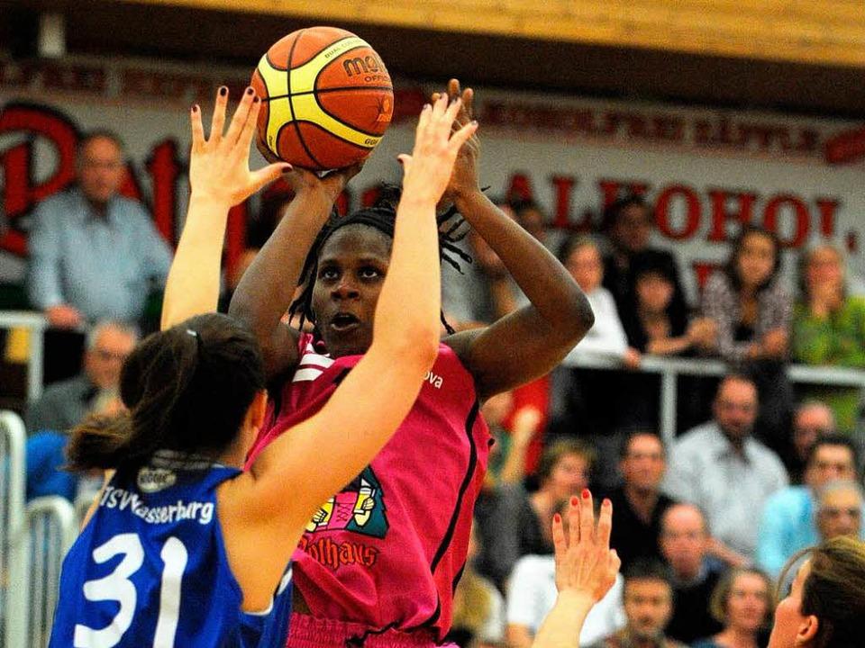 Jessica Höötmann vom TSV  wehrt gegen ...us dem Auftaktspiel gegen Wasserburg.     Foto: PATRICK SEEGER