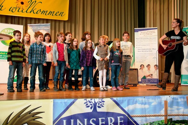 Der Grundschulchor Windenreute mit Ruth Zarkovacki von Musiclab.