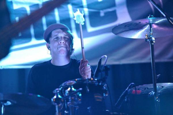 Saxophon, Trompete, Harp und Keyboard sorgten beim Auftritt der schweizerischen Band Racoons für ungewohnte Klänge.