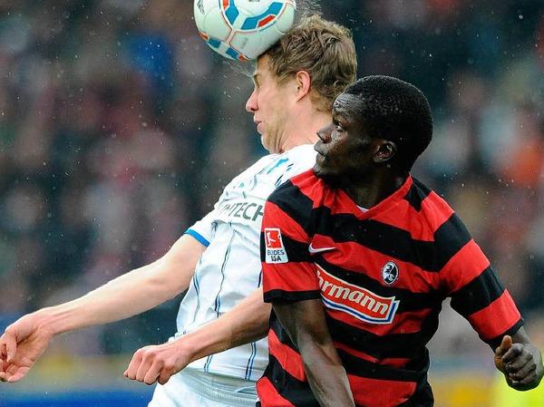 Freiburgs Fallou Diagne (r.) im Zweikampf mit Hoffenheims Sven Schipplock.