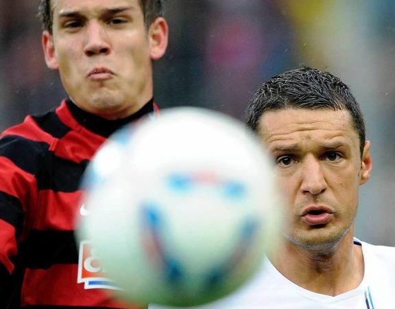 Freiburgs Oliver Sorg (l.) im Zweikampf mit Hoffenheims Sejad Salihovic.