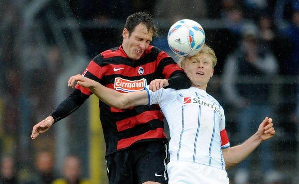 Freiburgs Sebastian Freis (l.) im Zweikampf mit Hoffenheims Andreas Beck.