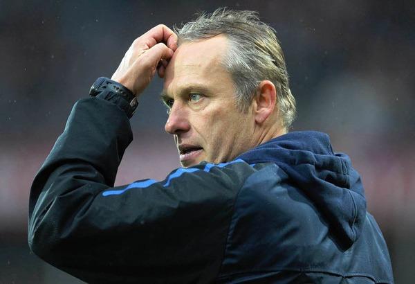 Einen Punkt geholt? Oder zwei verloren? Freiburgs Trainer Christian Streich w�hrend des Spiels.