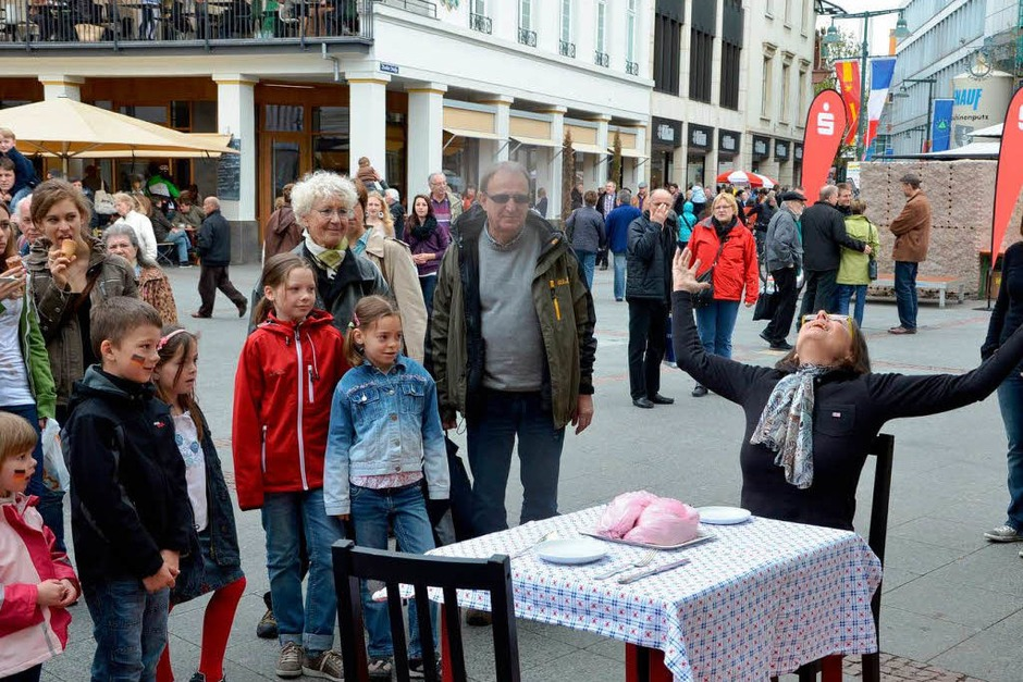 """Impressionen von der langen Kulturtafel, die verschiedene Aspekte des Themas """"Ernährung"""" aufgriff (Foto: Barbara Ruda)"""