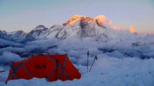 Blick vom Gipfelbiwak  auf dem Lobuche auf  den Mount Everest,  den Nuptse und  den Lhotse im Sonnenuntergang