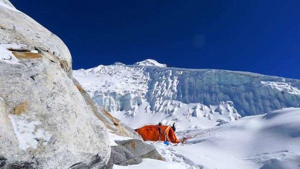 Auf dem Weg auf den Lobuche hat die Expedition  auf 5600 Meter H�he  das Lahrer 1 aufgeschlagen.