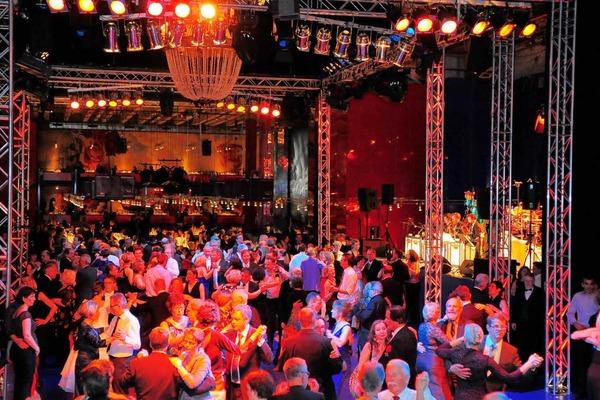Tanz auf der B�hne im Gro�en Haus zur Musik der Jack-Million-Band