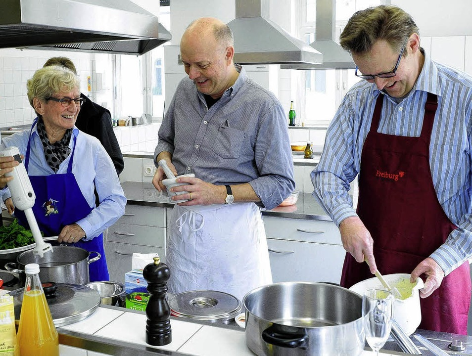 Hanna Lehmann, Hans-Albert Stechl und ...hbach (von links) kochen vegetarisch.   | Foto: Thomas Kunz