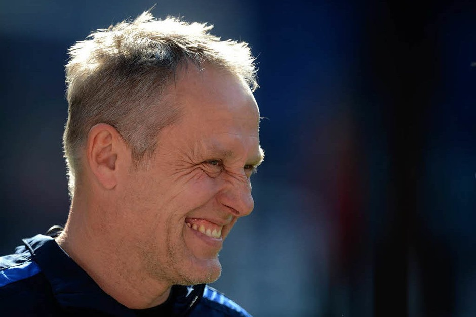 Pure Freude: Freiburgs Trainer Christian Streich nach dem geschafften Klassenerhalt (Foto: dapd)