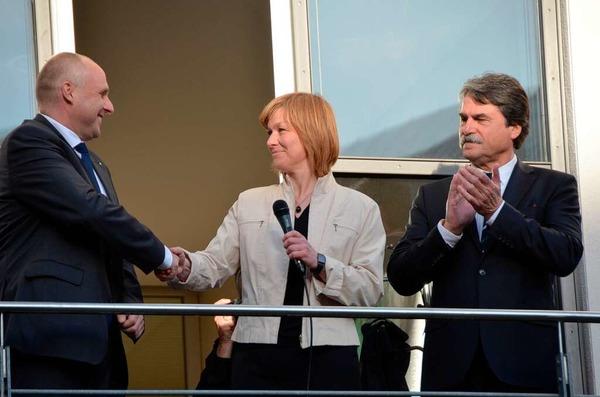 Oberb�rgermeisterwahl: Susanne Wienecke gratuliert Stefan Schlatterer, der erneut gew�hlt wurde. Rechts Joachim Saar