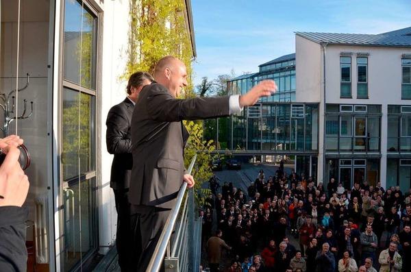 Stefan Schlatterer winkt den Gästen auf dem Rathausinnenhof zu