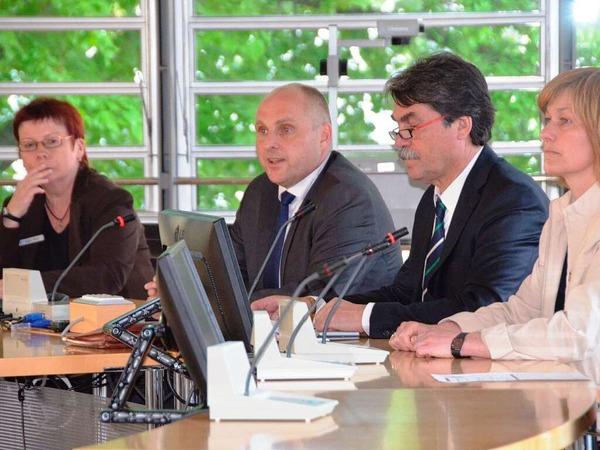 Pressesprecherin Birgitta Weiher (links) beim Kandidaten-Pressegespr�ch, das Joachim Saar leitet.