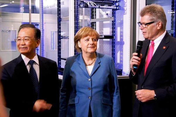Friedhelm Loh begrüßt Bundeskanzlerin Dr. Angela Merkel und Chinas Regierungschef Wen Jiabao bei Rittal auf der Hannover Messe 2012.