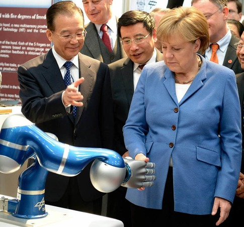 ... auf dem Stand des Deutschen Zentrums fuer Luft- und Raumfahrt (DLR) die Hand.