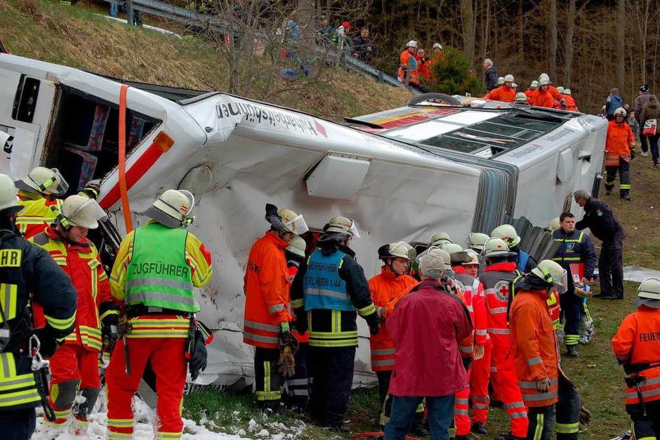 Eine harte Nuss für die Rettungskräfte: Ein umgekippter Schulbus mit zahlreichen Kindern an Bord. (Foto: Kamera24.TV)