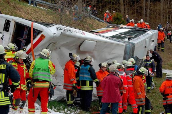 Eine harte Nuss für die Rettungskräfte: Ein umgekippter Schulbus mit zahlreichen Kindern an Bord.