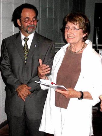 Renate Henninger mit Eric J. Hidalgo Valverde,  Direktor der Escuela des Artes Plástica, bei der Eröffnung der Kunstausstellung.