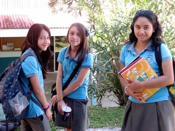 Mädchen  in Schuluniform am Liceo Poás, das partnerschaftliche Beziehungen mit dem Max-Planck-Gymnasium Lahr unterhält.