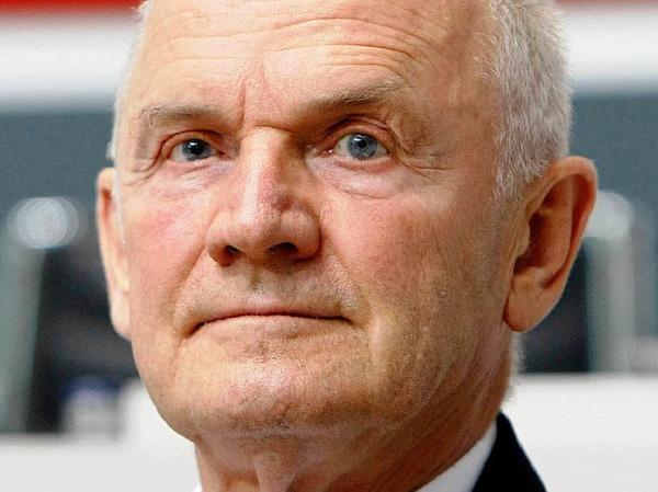 1. Ferdinand Piech, Aufsichtsratsvorsitzender von VW:  850.200 Euro. Weltweit liegt Piech  damit auf Rang 11. Das selbe Amt hat er bei MAN inne, 245.000 Euro (Rang 17)