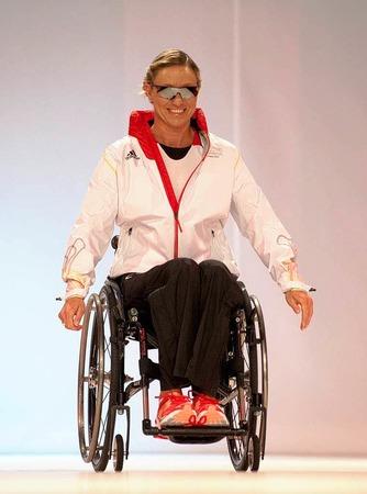 Die Schwimmerin Kirsten Bruhn bei der Modenschau