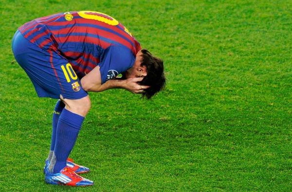 Schockiert: Lionel Messi nach seinem verschossenen Elfmeter, der das 3:1 f�r Barcelona bedeutet h�tte.