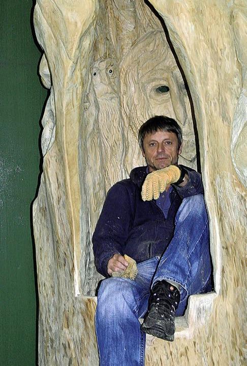 Der Künstler und sein Werk: Thomas Rees auf dem Grieswurz.     Foto: Maier