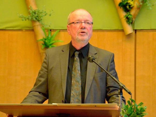 Kulturamtsleiter Tonio Pa�lick verliest den Text der Erneuerungsurkunde.