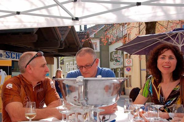 Bratwurst, eigene Weine und franz�sischen Champagner gab es am Stand des Weingutes Gromann.