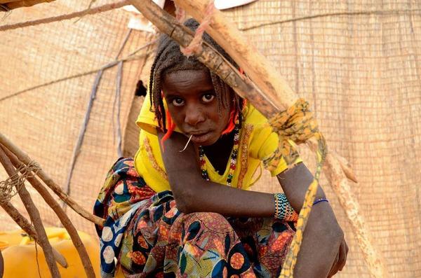 Fulbe M�dchen vor ihrer H�tte in Bongo Banda bei Kokorou im Niger.