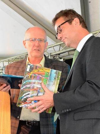 Gastgeschenk: B�rgermeister Rolf Karrer �bergibt Peter Hauk auch einen Erinnerungsband �ber die Gr�n 2007