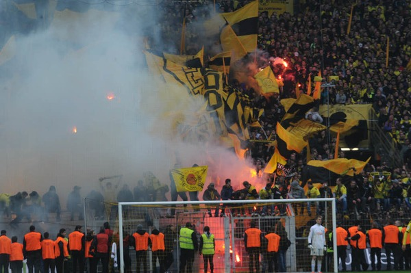 Feuerwerk im Signal Iduna Park: Dortmunds Fans feiern den Meistertitel.