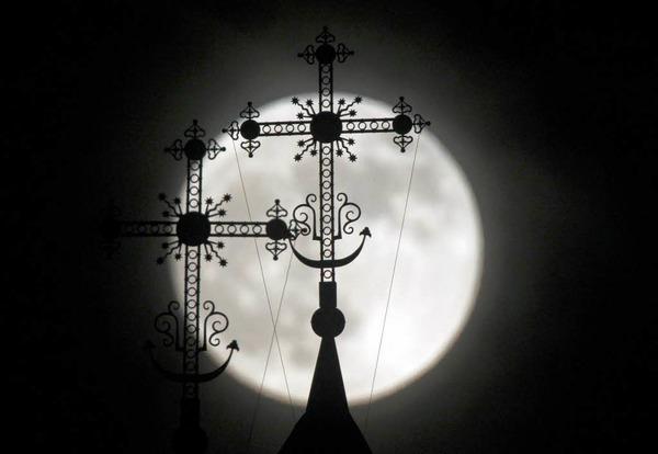 Mond hinter einer Kirche in Minsk, Weißrussland