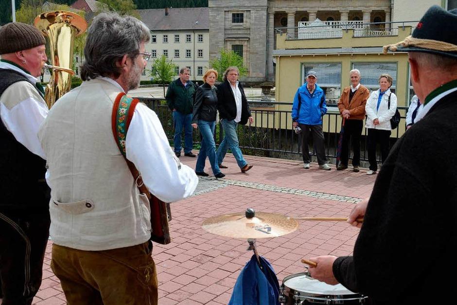 Straßenmusiker und ihre Zuhörer (Foto: Sebastian Barthmes)